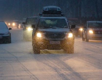 Trafic pe zăpadă şi polei: Poliţiştii vă recomandă să nu bruscaţi comenzile maşinii şi să adaptaţi  viteza la condiţiile de drum