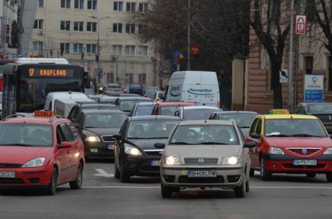 Volum de lucru în creştere la Înmatriculări şi Permise: Bihorul are tot mai mulţi şoferi şi maşini