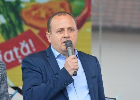 Repetiţii de imagine: Vicepreşedintele Consiliului Judeţean Bihor, Traian Bodea, se bagă-n faţă