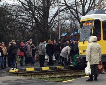 Accident în staţie: Un bărbat care a fugit după tramvai s-a împiedicat şi a ajuns sub mijlocul de transport