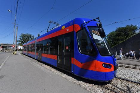 Primele patru tramvaie produse de Astra au început să circule în Oradea. Vezi cum arată și ce zic călătorii! (FOTO / VIDEO)