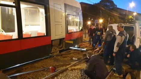 Tramvaiul Siemens a fost mutat cu greu spre depou. Circulaţia tramvaielor a fost reluată în Nufărul (FOTO / VIDEO)