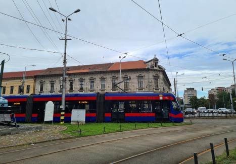Un autobuz și un tramvai OTL s-au întrecut cu un biciclist și o mașină