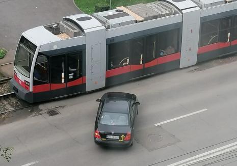 Lecţie inedită în traficul din Oradea: Şoferul unui bolid care a vrut să vireze pe interzis a fost forţat de un vatman să renunţe (FOTO)