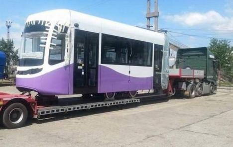Atenție, vehicul cu gabarit depășit! O platformă ce transportă un tramvai tranzitează Bihorul