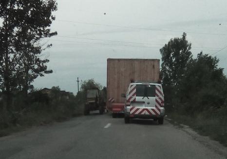 Clandestin pe DN 19/B: Ansamblul agabaritic care a blocat şoseaua era ilegal şi a fost imobilizat de poliţişti