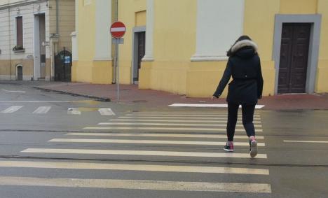 Fată de 14 ani, lovită pe trecerea de pietoni de un şofer din Marghita care conducea băut o autoutilitară