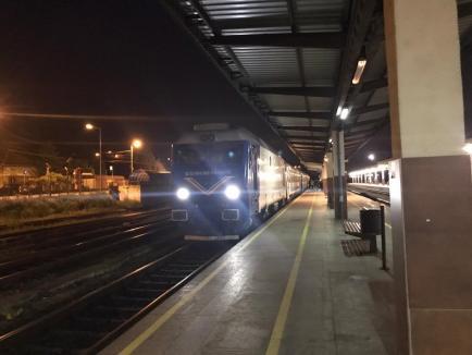Fără reguli: Pasageri înghesuiți în compartimente, unii fără măști, într-un tren CFR care a oprit la Oradea (FOTO)