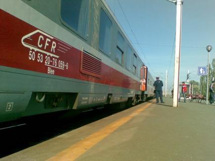 Ţigări de contrabandă abandonate într-un tren oprit în Episcopia Bihor