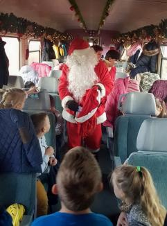 Moş Crăciun circulă cu trenul în Bihor, din 5 decembrie. Rezervă-ţi biletul din timp! (FOTO / VIDEO)