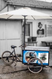 Oradea promovată pe tricicletă, cu vederi şi ghiduri turistice realizate de artistul fotograf de talie mondială Ovi D. Pop (FOTO)