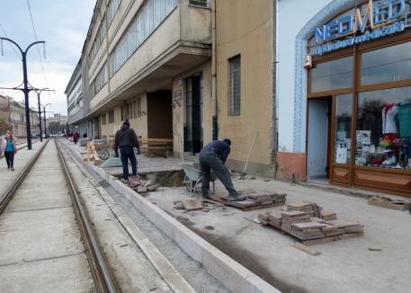 Lucrările de pavare a trotuarului din strada Independenţei au fost reluate (FOTO)