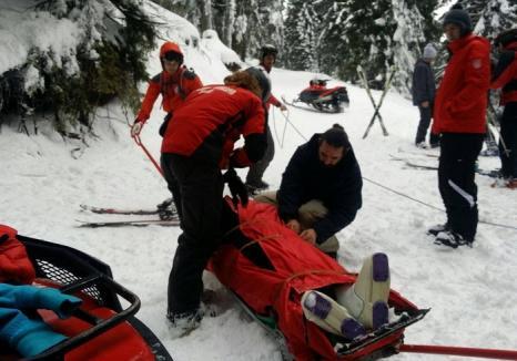 O tânără de 22 de ani a trecut pe lângă moarte, după ce s-a aventurat să schieze pe un drum forestier