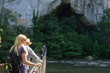 Vrei să devii ghid turistic pentru peșteri, salvamar ori paznic de vânătoare? Poți urma cursuri gratuite