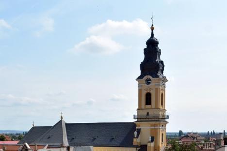 Biserica şi antenele:Elevii Liceului Greco-Catolic din Oradea sunt iradiaţi de o staţie de telefonie pitită în acoperişul Catedralei Sf. Nicolae