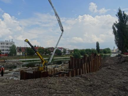 A început turnarea fundaţiei la Podul Centenarului din Oradea (FOTO)