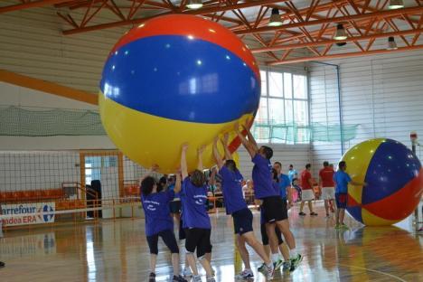 Giant Volley: Universitatea din Oradea, câştigătoarea turneului de volei cu o minge uriaşă (FOTO)