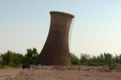 """""""Turnul din Pisa"""" de la Oradea: Un turn de la Alumina a cărui demolare a eşuat a rămas înclinat la 30 de grade"""