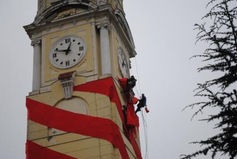 Turnul Primăriei s-a gătit de Crăciun (FOTO)