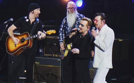 Înapoi la Paris: Bono i-a chemat pe scenă pe membrii formaţiei Eagles of Death Metal (VIDEO)