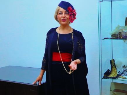 Cum se îmbrăcau româncele în urmă cu un secol: rochii și lenjerii intime expuse la Muzeul Orașului Oradea (FOTO)