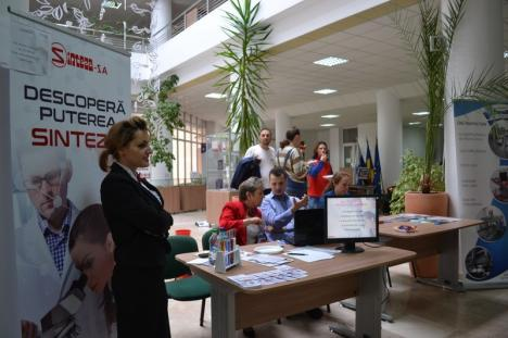 Universitatea altfel: Târg de joburi 'asezonat' cu muzică şi dulciuri (FOTO/VIDEO)