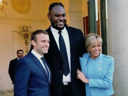 2,13 metri și 140 de kile: Cine e uriașul care l-a păzit pe Macron?
