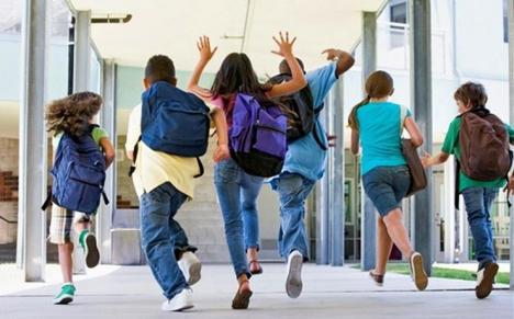 Bucurie! Elevii şi preşcolarii intră în vacanţa de vară