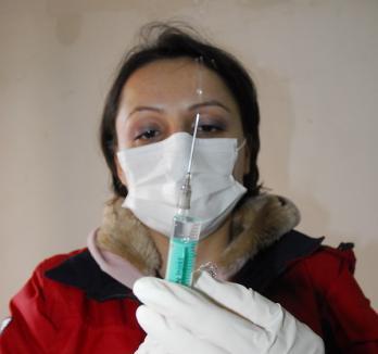 100 de studenţi şi zece angajaţi ai Universităţii din Oradea au acceptat vaccinarea anti AH1N1