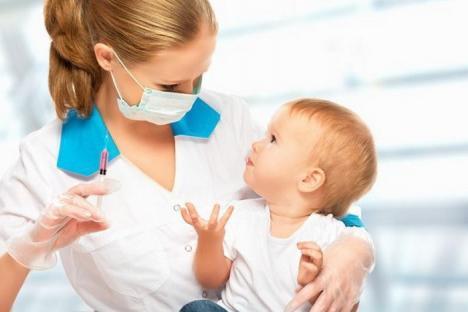 Direcţia de Sănătate Publică împarte vaccinuri medicilor de familie, dar numărul copiilor cu rujeolă creşte din cauza nevaccinării