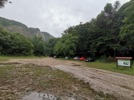 Primăria vs. Natura: Camping şi parcare amenajate fără autorizaţie, în Vadu Crişului, în rezervaţia naturală Defileul Crişului Repede (FOTO)