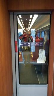 România pe invers: Sindicaliştii din CFR au modernizat pe banii lor un vagon, ca să arate că #SePoate, dar firma de stat a adus trenul la Oradea cu întârziere de o oră! (FOTO)