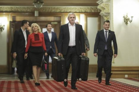 Reacția lui Dragnea la #Teleormanleaks: A apărut în Parlament cu două valize în mâini și l-a atacat pe Iohannis (FOTO)