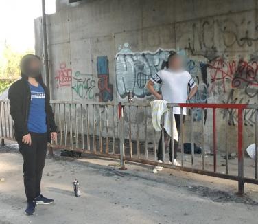 Vandali în acţiune: Poliţiştii locali din Oradea au prins trei adolescenți care mâzgăleau Podul Prezan