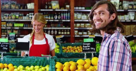 Vânzătoare reclamată la Protecţia Consumatorilor pentru că 'face ochi dulci' bărbaţilor