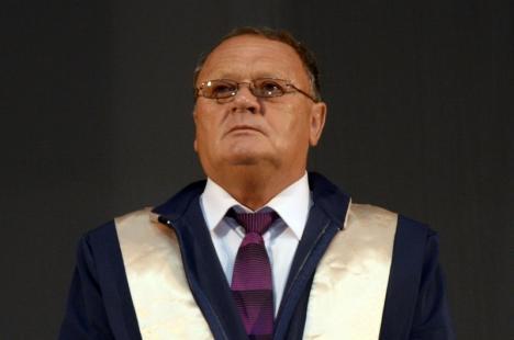 Fostul administrator al Facultăţii de Protecţia Mediului şi studenţii care l-au şpăguit pe fostul decan Vasile Bara, condamnaţi la închisoare cu suspendare
