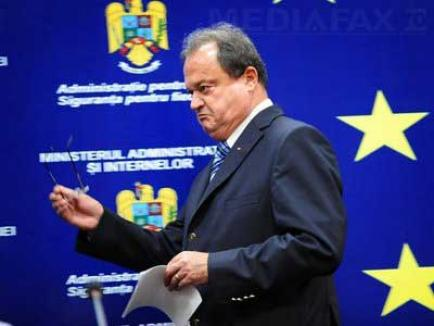 """Blaga îi răspunde lui Băsescu: """"Dacă în 2001-2004 partidul a fost condus de un caporal, atunci aşa o să-l conduc şi eu"""""""