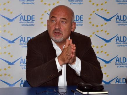 Profesorul Vasile Gheorghe, de la ALDE, supărat că în şcolile din Bihor 'învăţătorul devine agent economic'