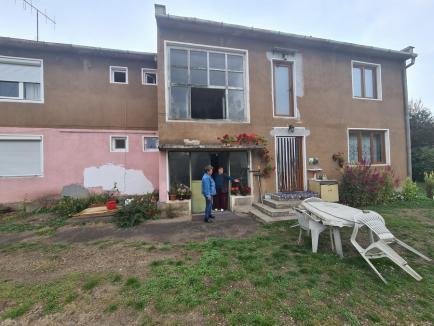 Vecini de coşmar! Se întâmplă în Bihor: nu pot intra în propria casă decât trecând gardul cu scara (FOTO / VIDEO)