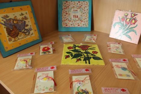 """""""Vestitorii primăverii"""": Tinerii din Asociaţia Down Oradea vând produse handmade la Biblioteca Judeţeană (FOTO)"""