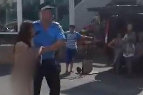 Scandal amoros de România: O tânără a fost dezbrăcată de două prietene şi aruncată în stradă