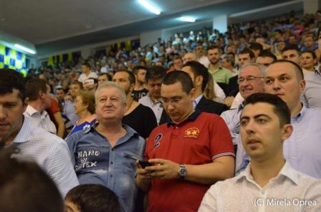 """Victor Ponta, spectator """"incognito"""" la finala de baschet între CSM Oradea şi Asesoft Ploieşti"""