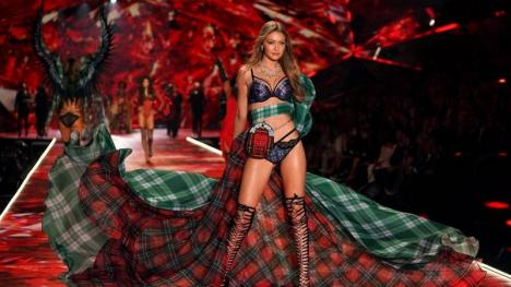 Cel mai 'hot' show: Modele celebre au defilat în lenjerie Victoria's Secret. Adriana Lima s-a retras (FOTO/VIDEO)