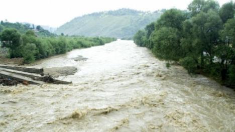 Inundaţii în ţară: Zeci de familii evacuate, după o viitură de cinci metri