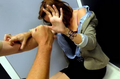 Caz şocant la Săcădat: Doi tineri au dezbrăcat şi violat o minoră, filmând scena ca să o poată şantaja