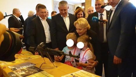 Viorica Dăncilă şi-a făcut selfie cu două fetiţe, în faţa unei puşti de asalt!