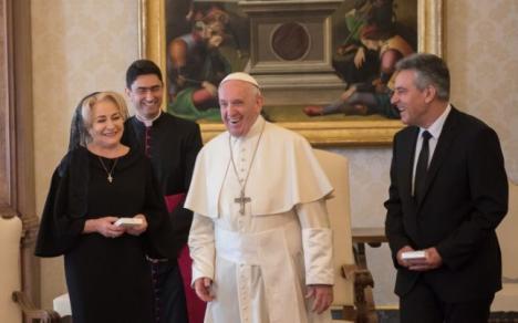 Viorica Dăncilă i-a dus Papei seminţe de ceapă, de castraveţi şi roşii. Premierul a minţit cu privire la durata întâlnirii (FOTO)