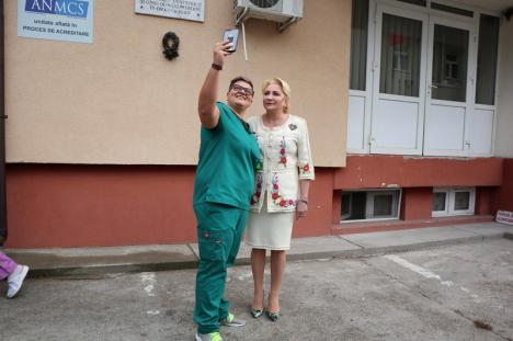Incidente la vizita Vioricăi Dăncilă la Maternitatea Oradea: Protestatari, accident rutier şi... un ministru blocat în lift (FOTO / VIDEO)