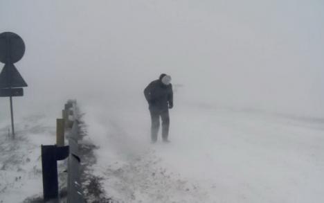 Urgia albă: Drumuri blocate, trenuri suspendate, şcoli închise în mai multe judeţe