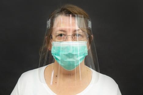 Patru firme din Oradea asigură medicilor implicaţi în lupta anti-coronavirus 10.000 de viziere pentru protejarea feţei